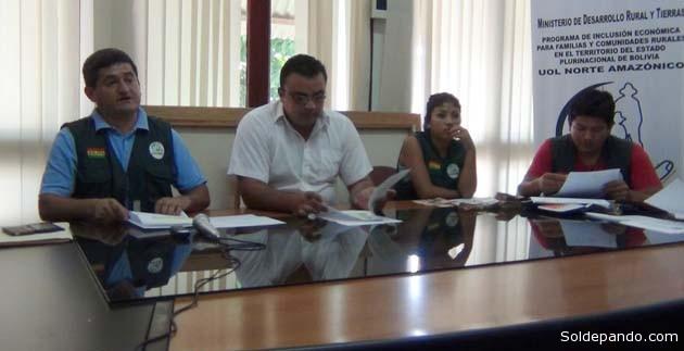 La entrega de los recursos, en un acto público, estuvo a cargo del Lic. Omar Sharih en representación de Gobernador Luis Flores, y el Coordinador de la Unidad Operativa Local. | Foto GADP