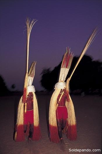 ataviados con rompaje de un bambú llamado tebe, estos niños cumplen el ritual para pasar de la niñez a la adolescencia cantando y bailando toda la noche. | Foto Rosa Gauditano