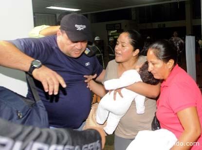 El momento en que Selva Camacho es trasladada de Santa Cruz a La Paz, el pasado miércoles, junto a otros miembros de su grupo. Fue recluída llevando en brazos a su inocente bebé.| Foto El Día