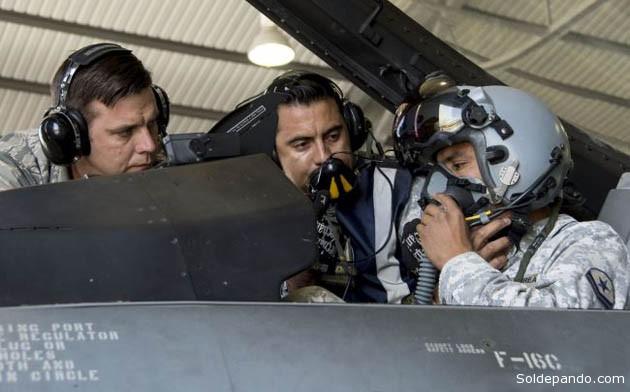 Instructores norteamericanos en uno de los bombarderos F-16 de la Fuerza Aérea Chilena equipado con visor nocturno y artillado con misiles  Aamram. | Foto Archivo