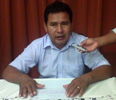 El gobernador Edgar Polanco exhibe el último Reporte Meteorológico que confirma una  situación de Alerta naranja en Pando. | Foto GADP