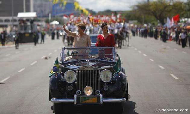 La presidenta de Brasil y su hija Paula saludan desde un coche descapotable en su camino al Congreso. |Foto Reuters