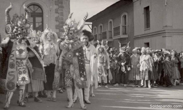 Danzantes de una Diabalada esperando en la Plaza principal de Puno su ingreso para bailar ante Virgen de La Candelaria, en 1942. | Foto Archivo