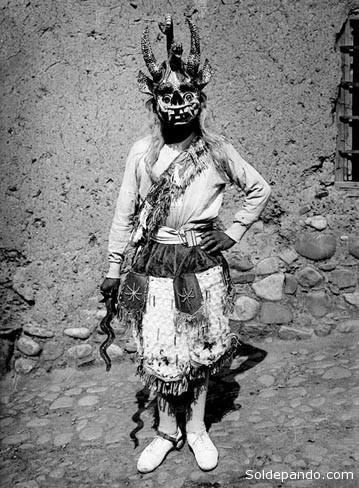 Un danzante de la Diablada de Puno, en los años 30, retratado por el célebre fotógrafo peruano Martín Chambi. | Foto Archivo