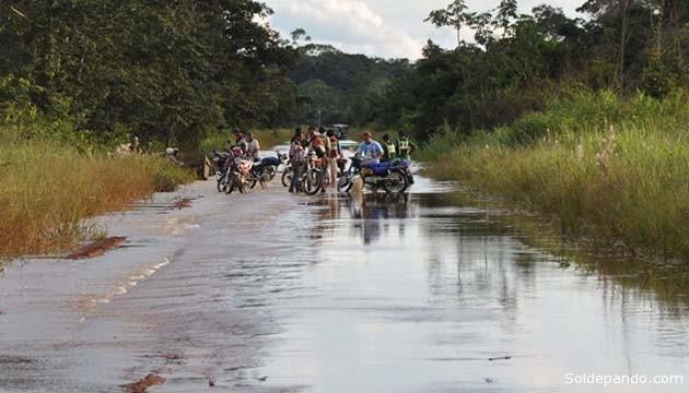 Vecinos del barrio Mapajo evacuando desde la zona ribereña de Cobija. | Foto GADP | Sol de Pando