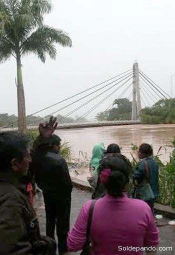 Vecinos de la ciudad de Cobija observan el Puente de la Amistad que conduce al municipio vecino de Brasileía.   Foto cortesía Ingrid Justiniano