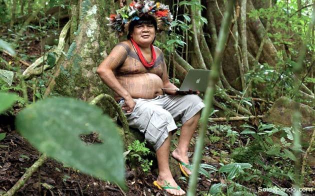Con su computadora portátil, en medio de la selva, Almir ha escrito libros y desarrollado un proyecto para plantar un millón de árboles.   Foto AFP