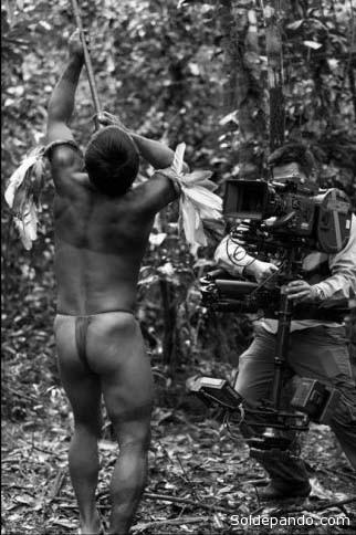 """""""El Abrazo de la Serpiente"""" de Ciro Guerra rompe con la visión eurocéntrica y racista de filmes sobre la Amazonia como """"Firzcarraldo"""" de Werner Herzog."""