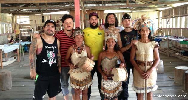Los músicos aglutinados en el Colectivo Jaguar junto a líderes de los pueblos indígenas amazónicos en Leticia, el pasado sábado. | Foto Ama-Zonas