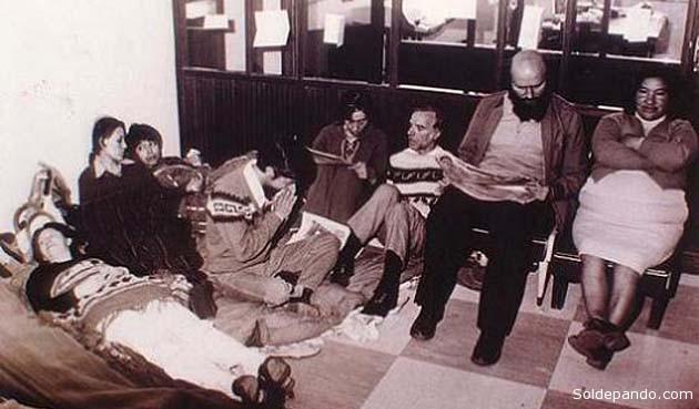 Huelga de hambre de 1978 realizada por mujeres mineras que lideró Domitila Chungara para exigir una amnistía democrática precipitando la caída del dictador Banzer. Apoyaron miltantemente ese movimiernto los sacerdortes Luis Espinal y Xavier Albó, en esta foto histórica junto a Domitila.