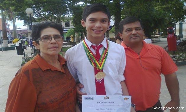 El estudiante junto a sus padres cuando obtuvo medallas de oro en para Física y Matemáticas en las Olimpiadas Departamentales del 2013. | Foto Archivo