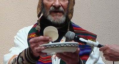 """ACERCA DEL AUTOR El pasado 5 de abril el presidente Evo Morales le confirió la Medalla del Cóndor de Los Andes, condecoración máxima del Estado boliviano, en mérito a """"su labor activa en favor de las comunidades indígenas de Bolivia, así como la emprendida con relación a la democracia y los derechos humanos del pueblo boliviano"""". Xavier Albó nació el 4 de noviembre de 1934 en La Garriga (Catalunya, España). En 1951 se hizo miembro de la Compañía de Jesús. Emigró a Bolivia en 1952 y se nacionalizó ciudadano boliviano.  Es doctor en Lingüística Antropología por la universidad de Cornell, Nueva York (1966 70); licenciado en Teología de la Facultad Borja, Barcelona (1961 4) y de la Loyola University, Chicago (1964 5). Doctor en Filosofía por la Universidad Católica del Ecuador, Quito (1955 58). Realizó estudios en Humanidades en Cochabamba (1952 4) y luego en la Universidad Católica del Ecuador, Quito (1953 4).  Entre otras actividades, se ha desempeñado como miembro del consejo académico de la maestría en antropología de la Universidad La Cordillera y del doctorado en Desarrollo del CIDES (Universidad Mayor de San Andrés, 2002). Ha sido coordinador latinoamericano de jesuitas en áreas indígenas (1995). Miembro de la Academia Boliviana de Historia Eclesiástica (1995).  Desde 1994 es miembro del Comité Directivo del Programa de Investigación Estratégica en Bolivia (PIEB)1 y actualmente forma parte del cuerpo docente de la Universidad-PIEB.  Ese mismo año se hizo miembro del directorio de NINA2 y fue presidente del Programa hasta 2001.  A partir de 1972 se ha desempeñado como profesor ocasional en diversas universidades públicas y privadas de La Paz, Cochabamba, Santa Cruz y Oruro.  En 1971 cofundó el Centro de Investigación y Promoción del Campesinado (CIPCA)3 , del que fue el primer director, hasta 1976. Investigador antropólogo en la oficina nacional de CIPCA (La Paz), ha cubierto diferentes cargos internos. Actualmente es miembro del Directorio. Entre 1978 y 1994 fue """