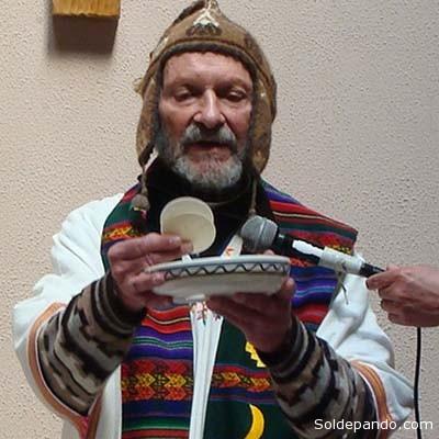 """ACERCA DEL AUTOR El pasado 5 de abril el presidente Evo Morales le confirió la Medalla del Cóndor de Los Andes, condecoración máxima del Estado boliviano, en mérito a """"su labor activa en favor de las comunidades indígenas de Bolivia, así como la emprendida con relación a la democracia y los derechos humanos del pueblo boliviano"""". Xavier Albó nació el 4 de noviembre de 1934 en La Garriga (Catalunya, España). En 1951 se hizo miembro de la Compañía de Jesús. Emigró a Bolivia en 1952 y se nacionalizó ciudadano boliviano. Es doctor en Lingüística Antropología por la universidad de Cornell, Nueva York (1966 70); licenciado en Teología de la Facultad Borja, Barcelona (1961 4) y de la Loyola University, Chicago (1964 5). Doctor en Filosofía por la Universidad Católica del Ecuador, Quito (1955 58). Realizó estudios en Humanidades en Cochabamba (1952 4) y luego en la Universidad Católica del Ecuador, Quito (1953 4). Entre otras actividades, se ha desempeñado como miembro del consejo académico de la maestría en antropología de la Universidad La Cordillera y del doctorado en Desarrollo del CIDES (Universidad Mayor de San Andrés, 2002). Ha sido coordinador latinoamericano de jesuitas en áreas indígenas (1995). Miembro de la Academia Boliviana de Historia Eclesiástica (1995). Desde 1994 es miembro del Comité Directivo del Programa de Investigación Estratégica en Bolivia (PIEB)1 y actualmente forma parte del cuerpo docente de la Universidad-PIEB. Ese mismo año se hizo miembro del directorio de NINA2 y fue presidente del Programa hasta 2001. A partir de 1972 se ha desempeñado como profesor ocasional en diversas universidades públicas y privadas de La Paz, Cochabamba, Santa Cruz y Oruro. En 1971 cofundó el Centro de Investigación y Promoción del Campesinado (CIPCA)3 , del que fue el primer director, hasta 1976. Investigador antropólogo en la oficina nacional de CIPCA (La Paz), ha cubierto diferentes cargos internos. Actualmente es miembro del Directorio. Entre 1978 y 1994 fue miembr"""