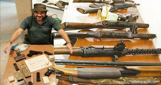 """Si las armas halladas en el stand de Cotas después de la matanza del 16 de abril del 2009, son las mismas que salieron de la Octava División como asegura Cardona, no las """"sembraron"""", las entregó a Rozsa, en marzo, un doble agente infiltrado de la CIA y del Gobierno.   Fotomontaje Sol de Pando"""