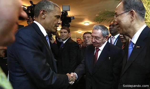 La imagen más esperada de la Cumbre de las Américas ya se produjo: el saludo personal entre Barack Obama y Raúl Castro, en presencia del secretario general de la ONU Ban Ki-moon, con el que se cierra medio siglo de desencuentro y se afianza el deseo mutuo de normalizar relaciones. | Foto AFP
