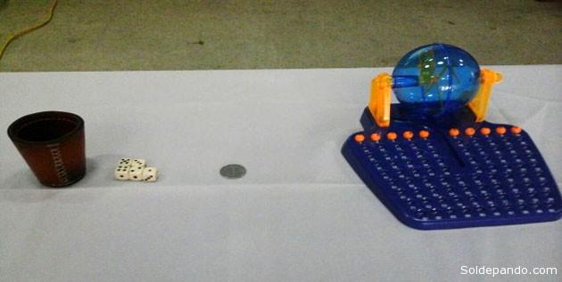 Las opciones que puso el TED sobre la mesa, en aplicaciòn del Reglamento Electoral para dirimir un empate técnico declarado oficialmente: El cacho (cubilete y dados), una moneda con cara y cruz y una tómbola de bingo en miniatura. | Foto Erbol