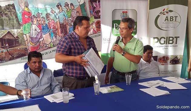 El coordinador general de la Gobernación Androncles Puerta hace la recepción de los 23 planes elaborados por la ABT, de manos de su director Thelmo Muñoz. | Foto GADP