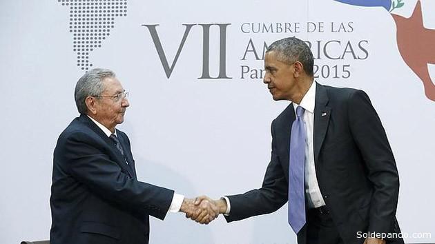 Obama y Castro se dieron la mano e intercambiaron bromas en la apertura de la cumbre la noche del viernes y hablaron por teléfono el miércoles antes de que Obama saliera de la Casa Blanca. Luego vino el último apretón de manos al concluir su reunión en medio de la VII Cumbre de las Américas. | Foto Reuters