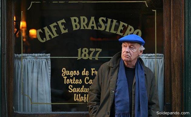 Galeano en agosto del 2008, en la puerta del café Brasilero de Montevideo, del cual era habitúe. | Foto La Nación
