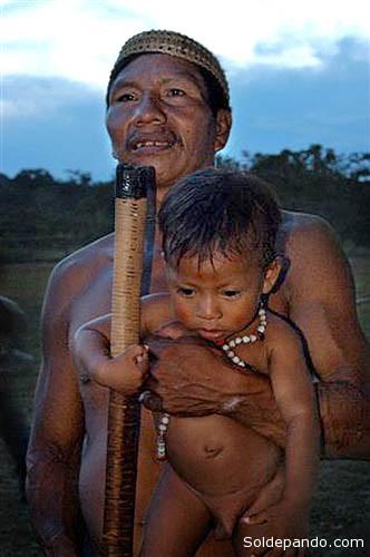 Padre e hijo huaoranis. | Foto archivo Sol de Pando
