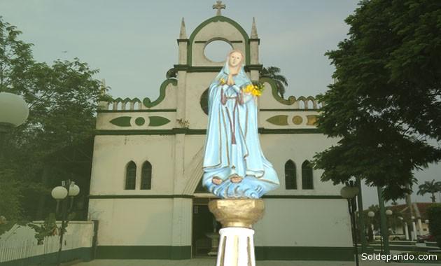 La imagen original en España tiene su iglesia a orillas del río Ebro. La Nuestra es adorada a orillas del río Acre. | Fotomontaje Sol de Pando