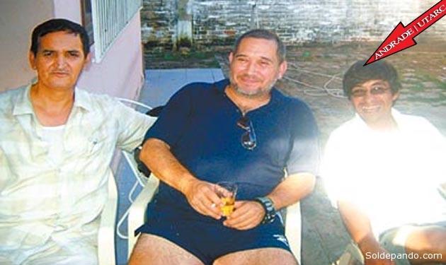 Eduardo Rozsa Flores en esta foto tomada en marzo del 2009,  junto a dos infiltrados en su entorno íntimo: a su izquierda Ignacio Villa Vargas, del Ministerio de Gobierno, y a su derecha el capitán Walter Andrade, jefe de la Utarc, que recibía órdenes de la Embajada norteamericana.   Foto Archivo