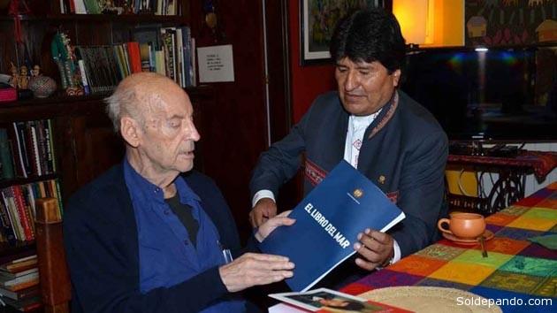 La última imagen pública del escritor uruguayo, en su domicilio de Montevideo, junto al presidente boliviano Evo Morales. | Foto Reuters