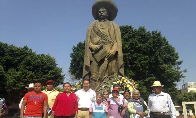 Ante la tumba de Emiliano Zapata, este viernes 10 de abril, en Cuautla. Su nieto junto a autoridades comunitarias del municipio morelense. | Foto cortesía Edgar Castro Zapata