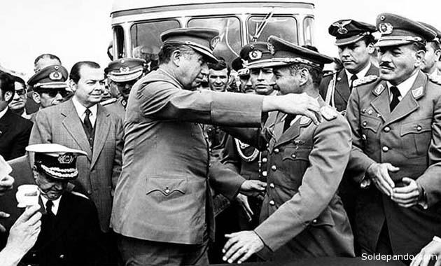 El enuentro entre Pinochet y Banzer en la fronteriza estación ferroviaria de Charaña, el 8 de febrero de 1975. | Foto Archivo