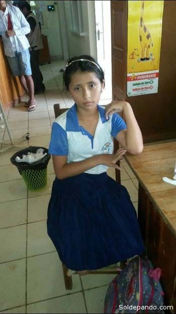 La pequeña Eliz Ángela, tras ser atendida, aguarda en la sala de espera del hospital 27 de Mayo a su madre Magaly Chávez Canamiri con quien vive en el barrio Cataratas. | Foto SPC TV