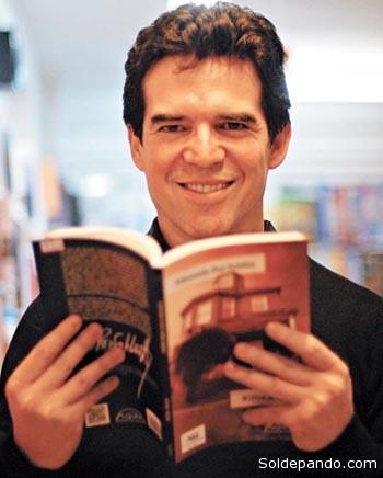 EL AUTOR Edmundo Paz Soldán (Cochabamba, Bolivia, 1967) es profesor de Literatura Latinoamericana en la Universidad de Cornell. Es autor de diez novelas, entre ellas Río Fugitivo (1998), La materia del deseo (2001), Palacio Quemado (2006), Los vivos y los muertos (2009) y Norte (2011); y de los libros de cuentos Las máscaras de la nada (1990), Desapariciones (1994), Amores imperfectos (1998) y Billie Ruth (2012). Ha coeditado los libros Se habla español (2000) y Bolaño salvaje (2008). Su libro más reciente es Iris (Alfaguara, 2014). Sus obras han sido traducidas a diez idiomas, y ha recibido numerosos premios, entre los que destaca el Juan Rulfo de cuento (1997) y el Nacional de Novela en Bolivia (2002). Ha recibido una beca de la fundación Guggenheim (2006). Colabora en diversos medios, entre ellos los periódicos El País y La Tercera, y las revistas Etiqueta Negra, Qué Pasa (Chile) y Vanity Fair (España).