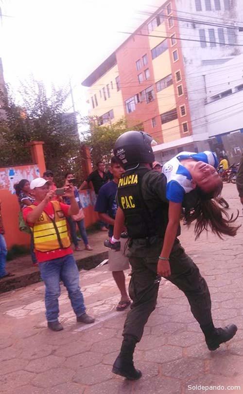 Una niña desvanecida por la ingesta tóxica es evacuada por un servidor policial. | Foto Marc Antony Fernández
