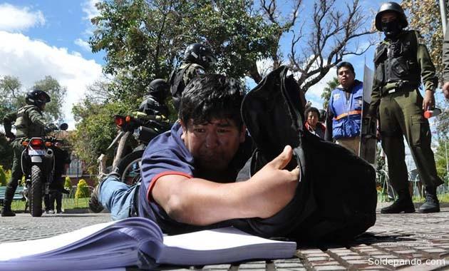 El dirigente estudiantil Jarlin Coca intentando salvar sus cuadernos el momento en que fue detenido poor la Policía y luego encarcelado. | Foto Sergio de La Zerda