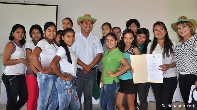El gobernador Edgar Polanco que dirigió la transición departamental y la vicegobernadora electa Paola Terrazas, junto a jóvenes que recibieron la Ley del 16 de mayo. | Foto GADP