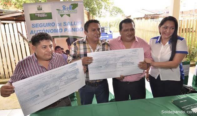 El Secretario de Coordinación General de la Gobernación, Androncles Puerta, y la Secretaria de Desarrollo Humano y Social, Litzy Herrera, entregan los fondos que fortalecen el Seguro Universal del Sesa-Pando.   Foto GADP