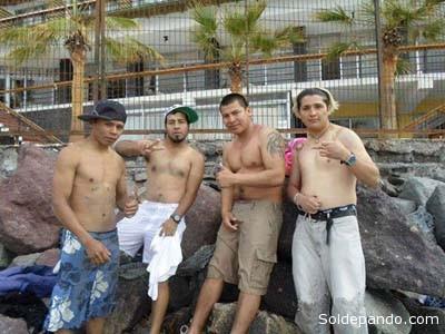 Con su inconfundible tatuaje en el brazo izquierdo, el sicario que apuñaló a estudiantes en Cochabamba, apartece en esta foto junto a brasileños vinculados al narcotráfico, en Pando. | Foto FUL CBA