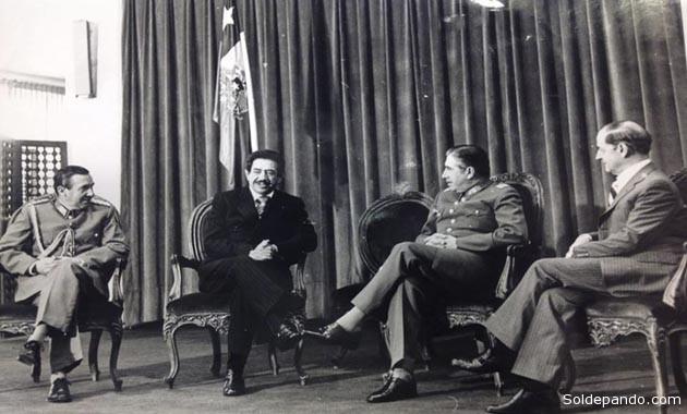 El Embajador Adalberto Violand entregando sus cartas credenciales ante presidente Pinochet al restablecerse las relaciones diplomáticas. | Foto cortesía John Arandia | Cadena A