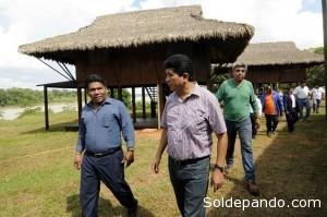 El gobernador de Pando, Luís Adolfo Flores, derecha, inspecciona el hotel ecológico que beneficiará a las familias indígenas Ese Ejja.