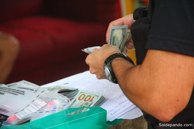 Dólares americanos apreendidos na casa de Bruceleide Alves de Lima, foram levados à sede de PF em Epitaciolândia. |  Foto: Alexandre Lima