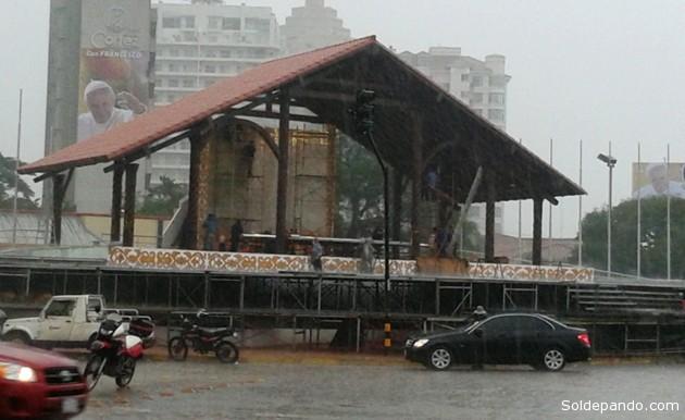 El altar donde el Papa Francisco celebrará la misa en la zona de la rotonda del Cristo. Las intensas lluvias no detuvieron la construcción.
