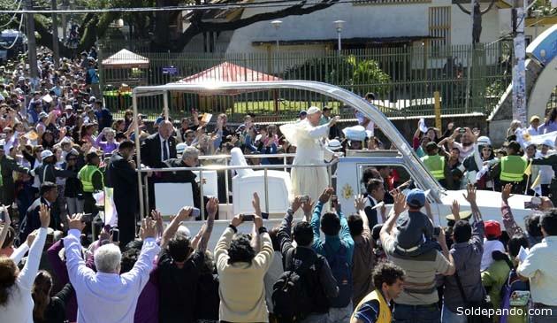 El papa abandona la ciudad de Santa Cruz dirigiéndose al aeropuerto de Viru Viru. | Foto ABI