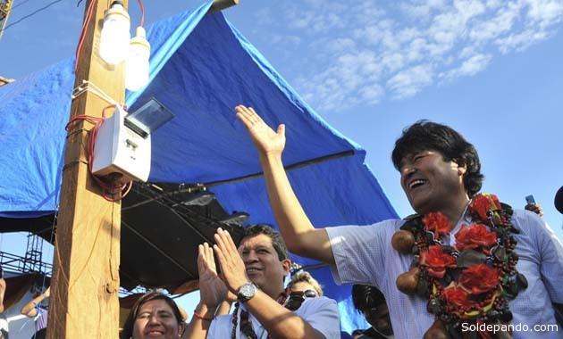 El presidente Morales y el gobernador Flores inaugurando el tendido eléctrico en la comunidad de Blanca Flor, municipio de San Lorenzo.   Foto ABI
