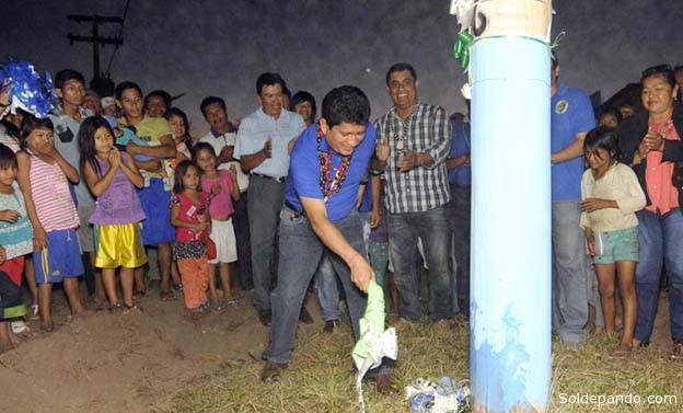 El Gobernador Luis Adolfo Flores inaugura  el nuevo sistema de luz eléctrica en una comunidad Esse Ejja. | Foto GADP