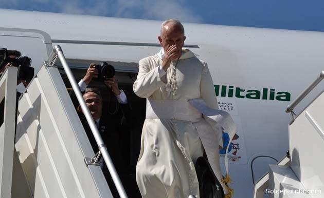 El Papa abordando la nave que lo conducíría al Paraguay, tras el mediodía de este viernes. | Foto ABI