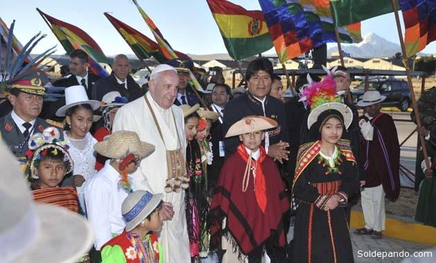 El Papa Francisco y el presidente Morales, tras el arribo a El Alto, rodeados por niños que representan la biodiversidad boliviana. | Foto ABI