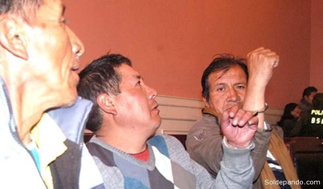 Aparecen esposados los mineros potosinos Agustín Mendoza y Fabián Choque, y el periodista Juan Carlos Paco Veramendi, poco antes de ser enviados al penal de San Pedro de La Paz. | Foto ANP tomada de ANF