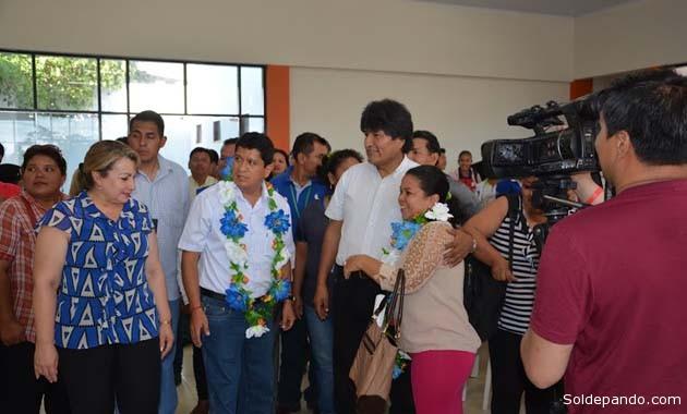 El Presidente junto al Gobernador y la Subgobernadora, entregando la sede sindical de los maestros urbanos..   Foto GADP