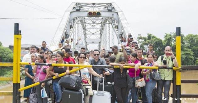 Colombianos residentes en Venezuela aguardan en la zona fronteriza de San Antonio para volver a su pais. | Foto  EFE