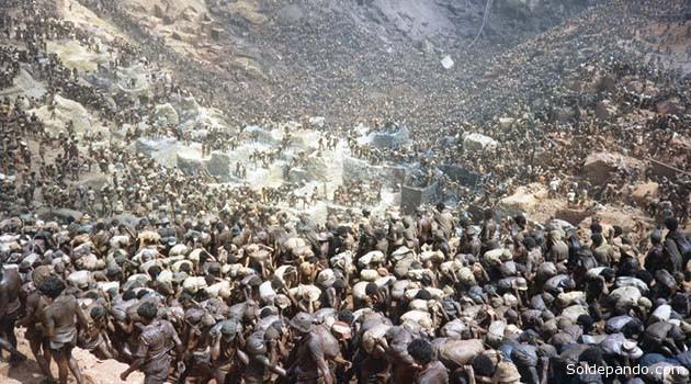 RECUERDOS DE SIERRA PELADA Sierra Pelada es una zona del municipio de Curionópolis, perteneciente al Estado brasileño de Pará. En 1976 un geólogo encontró muestras de oro en el sur paraense, y ya en 1979 se corrió la voz de que en Sierra Pelada se hallaba un yacimiento aurifero aluvial. Desde entonces, una fiebre moderna del oro atrajo hasta allí a miles de garimpeiros (buscadores de metales y piedras preciosas de Brasil). El 21 de mayo de 1980 el Gobierno intervino la zona poniéndola bajo el control de la Policía Militar. Por aquel entonces, 30.000 garimpeiros trabajaban en las minas. Esta cifra se elevó hasta los 80.000 en los siguientes años,durante los cuales estos disfrutaron de un permiso de explotación concedido por el gobierno brasileño (cien hectáreas de las 10.000 con que contaba la mina,propiedad de la minera Vale do Rio Doce). La cumbre de la producción se dio en 1983 cuando se extrajeron 13′9 toneladas de oro. La producción fue decayendo paulatinamente hasta bajar a los 13 kilos que se extrajeron en el año 1991. En 1992 ya no se renovó la autorización para los garimpeiros. Estos estuvieron luchando judicialmente durante diez años, hasta que en 2001 recuperaron sus cien hectáreas,en las que ya casi no queda nada del preciado metal dorado. El célebre fotógrafo Sebastião Salgado de Minas Gerais, Premio Príncipe de las Asturias de las Artes en 1986, inmortalizó imágenes del multitudinario éxodo del oro en esa década, sobre esta serranía en el escudo precámbrico de Pará.