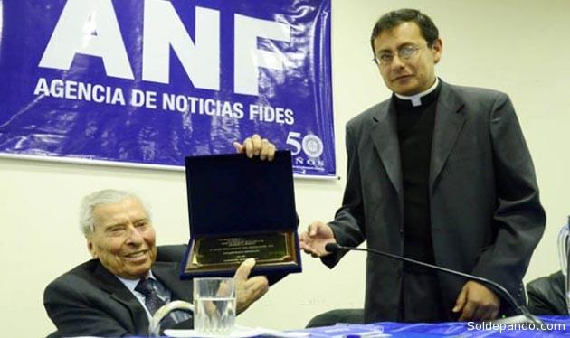 ACERCA DE ANF La Agencia de Noticias Fides (ANF) nació en La Paz (Bolivia), el 5 de agosto de 1963, bajo la dirección del P. José Gramunt de Moragas, S.J. Al principio funcionó como parte del departamento informativo de Radio Fides, compartiendo recursos humanos y tecnológicos. ANF fue la primera en Bolivia que incursionó en la distribución de noticias nacionales a los medios de comunicación del país. ANF es una entidad independiente sin fines de lucro de propiedad de la Compañía de Jesús. Se sostiene exclusivamente con la venta de sus servicios y opera sin apoyo del gobierno, ni de grupos económicos ni políticos. Los primeros productos informativos de la Agencia fueron reproducidos sobre papel carbónico. Poco después, llegaron los ruidosos teletipos hasta que la electrónica se adueñó de todo el sistema de comunicación para dar paso a la Internet que abre la posibilidad de que miles de personas vean los reportes de ANF en varias partes del mundo. Hoy, en Bolivia, los suscriptores de ANF superan el centenar, entre los que se cuentan todos los periódicos de circulación nacional, además de varias cadenas de radio y televisión. Asimismo, instituciones públicas, privadas y varias embajadas disponen de los servicios informativos online de la Agencia. Actualmente, bajo la guía del sacerdote jesuita Sergio Montes, en su calidad de director, el equipo de la ANF se conforma por cinco unidades: dirección – directorio, información, comunicación, administración y análisis, ésta última a conformarse. El equipo informativo tiene la misión de generar un servicio informativo de calidad, veraz, equilibrado y confiable en dos ejes periodísticos: Actualidad y Profundidad. Está a la cabeza del periodista Rafael Archondo, como director informativo y Raúl Peñaranda, como editor general. De ahí se desprenden el equipo de 12 periodistas: Nancy Vacaflor, Jimena Mercado, Zulema Alanes, Rodolfo Huallpa, Mariana Pérez, Isabel Gracia, Fernando Cantoral, María José Ferrel, Yolanda Salazar, Arnold